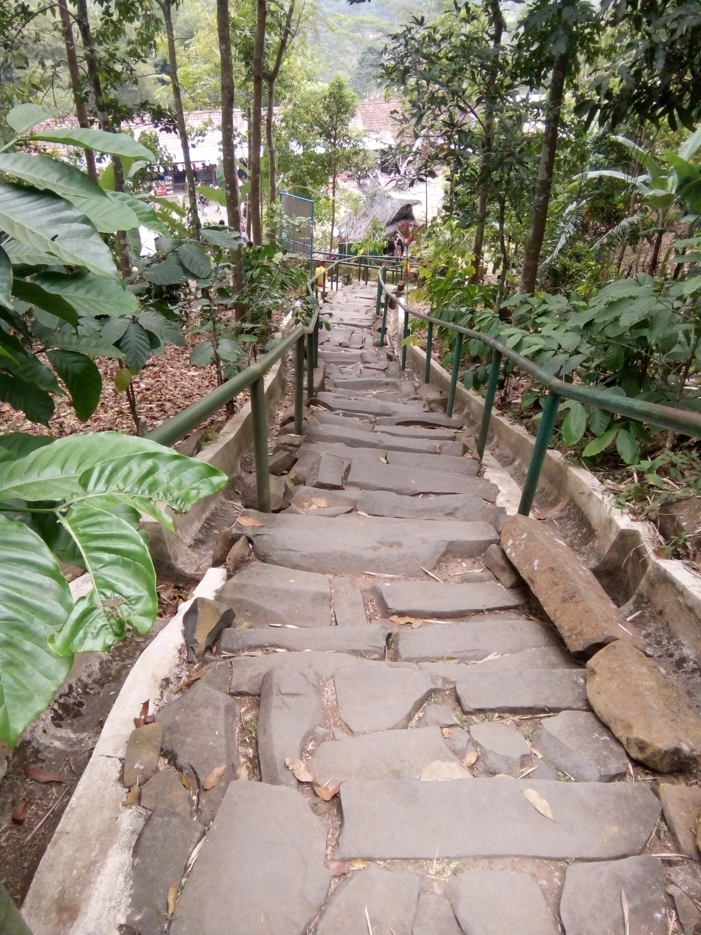 Jalan tangga naik ke Situs Gn.Padang